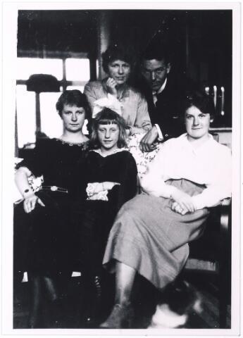 004934 - Vier dochters uit het eerste huwelijk van wijnhandelaar P.J. KNEGTEL en H.M.L. Latour. Op de achterste rij links Lies Knegtel en haar verloofde Norbert de Pont. Voorste rij: Cato, Willy en Marie. Foto 1922.