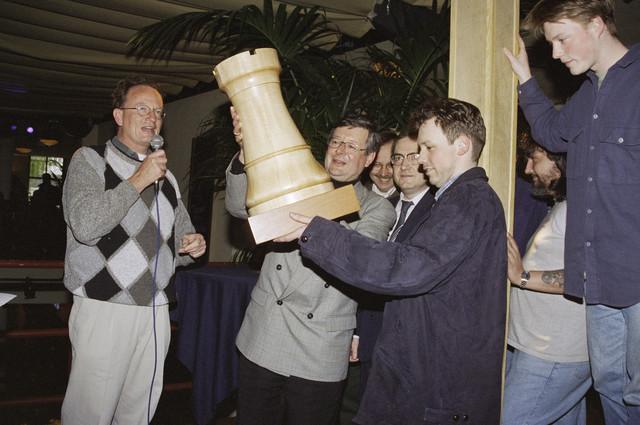 TLB023001050_002 - Wethouder Driessen (links) spreekt een groep mensen toe op een schaaktoernooi