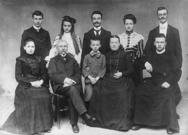 066346 - Familie Arons-Ceelen. Op de eerste rij van links naar rechts Henriëtte Arons, Ludovicus Martinus Arons, August A. Arons, later pianohandelaar in -s-Hertogenbosch, Antonia Ceelen en Felix Joseph Arons, geboren te Oss op 30 oktober 1881, ingetreden bij de fraters van Tilburg en overleden op 20 december 1974. Zijn kloosternaam was frater M. Theodoricus. Staande v.l.n.r. Bernard Arons, Richarda Arons, Leonardus Joseph Arons, geboren te Oss op 21 maart 1878, rijksklerk, overleden te 's-Hertogenbosch op 3 mei 1920. Hij was toen woonachtig in Hilvarenbeek en gehuwd met Dorothea C.M. van Odenhoven. Zijn weduwe en haar kinderen verhuisden na zijn overlijden naar Tilburg. Vervolgens op deze foto Mien Arons en Eduard Arons.