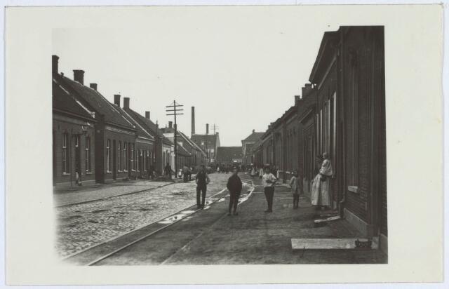 019562 - Goirkestraat anno 1900, gezien in de richting van het Wilhelminapark. Links zijn arbeiders bezig met de aanleg van de waterleiding