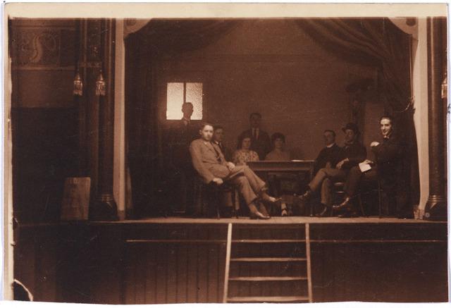 004769 - Ter gelegenheid van de zilveren bruiloft op 10-7-1923 van het echtpaar JANSSENS - MINDEROP werd een toneelstuk opgevoerd. Hier een foto van de repetitie gehouden op 8-7-1923.