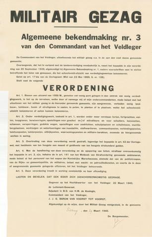 1726_055 - Affiche Tweede Wereldoorlog.   Algemene bekendmaking nr. 3  van den commandant van het Veldleger namens het Militair Gezag. Vanaf de bevrijding in 1944 tot het aantreden van het kabinet Schermerhorn-Drees in juni 1945, werd het overheidsgezag in Tilburg uitgeoefend door het Militair Gezag.  Verordening. Binnen een afstand van 1000 meter van een verdedigingswerk geen planten,bomen, struiken plaatsen etc.   Gegeven op het hoofdkwartier van het Veldleger op 22 maart 1940. Afkomstig van de luitenant-generaal Adjudant in B.D. van hare majesteit de Koningin, commandant van het veldleger J.J.G . Baron van Voorst tot Voorst. Op 29 maart 1940 ondertekend door Jan van de Mortel, burgemeester van Tilburg.  Afmeting: 44x69 cm, Drukker onbekend.  WOII. WO2.