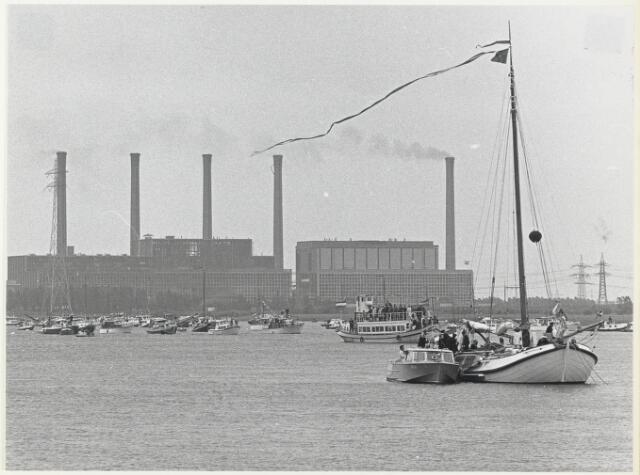 91697 - Made en Drimmelen.  De regatta tijdens   de officiële opening van de nieuwe Jachthaven de Biesbosch. Op de achtergrond industriegebied Moerdijk.