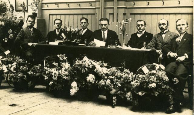 071742 - Bestuur van toneelvereniging Propyleën, een onderafdeling van de R.K. Werkliedenvereniging afdeling Tilburg.