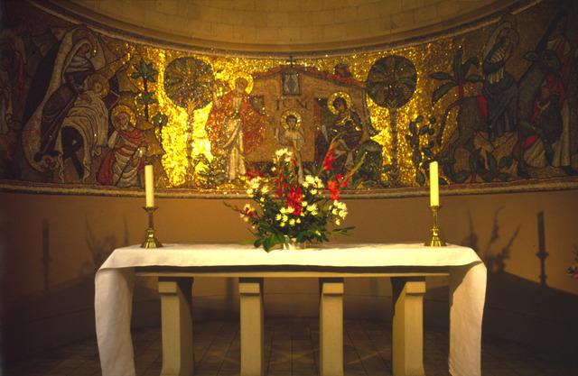 656559 - Sloop van de Lovense kerk (Willibrordus  kerk) in 1999-2000. Te zien is een altaar met op de achtergrond gouden fresco's.