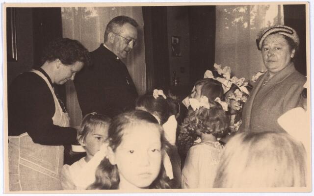004172 - 40-jarig priesterfeest van Henri B.J.M. van DUN (1890-1970), links, pastoor van de parochie 't Heike van 1937 tot 1956.