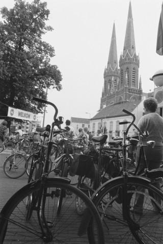 TLB023002536_004 - Fietsers verzamelen bij het Heuvelplein te Tilburg