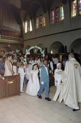 1237_002_262-1_005 - Religie. Rooms Katholieke Kerk. Communicanten in de Korvelsekerk 2001. Ontvangst in de kerk door de priester.