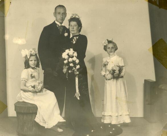 602152 - Trouwfoto. Bruidspaar met bruidsmeisjes. N.C.Akkermans en M.Veroude, gehuwd te Tilburg 08-07-1946.