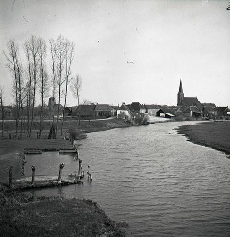 653851 - Gezicht op de rivier. Beesd aan de Linge. De toren links is van de Hervormde kerk, rechts de katholieke kerk.