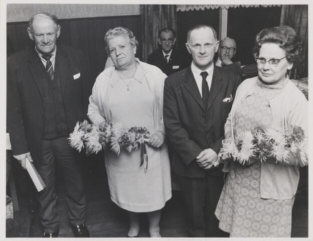 082190 - Vakvereniging. N.K.V. Gilze. Huldiging van twee jubilarissen de heer A. Vugts (l) en de heer Geerts (r) met hun echtgenotes