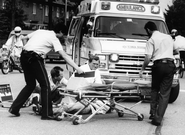1238_F0234 - Ambulance- politie. Hulp aan gewonde op straat.
