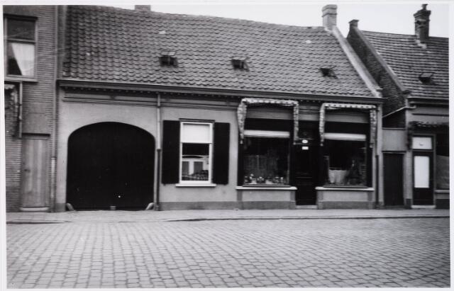 028629 - huis aan het Piusplein 30 bewoond door timmerman J.W. Ketelaars en zijn vrouw Mina van der Schoot. Zij verkochten huishoudelijke artikelen, geweren en jachtartikelen.
