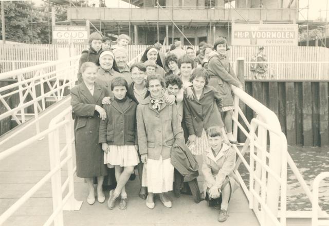 651628 - Meisjesschool Vincentius. Tilburg.  Het schoolreisje in 1961 begon met een rondvaart op de Nieuwe Maas in de spido.