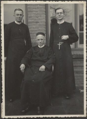 604051 - Fraters van Tilburg; voor het tweede vertrek naar de missie van Fra. Ernestus (rechts op de foto) werd er nog even een kiekje genomen.