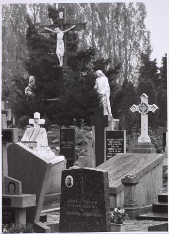 025017 - Graven op het parochiekerkhof van Korvel aan de Laarstraat
