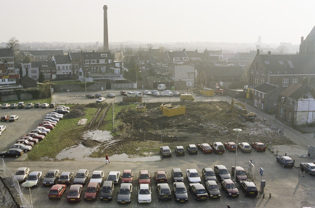 TLB023000679_003 - Zicht op bouwplaats van de toekomstige parkeergarage Tivoli, gezien vanuit de richting van de Spoorlaan.