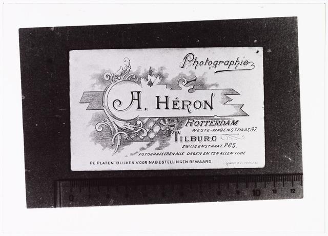 008478 - Achterzijde van visitekaartfoto van A. Héron (Paul van Wulven en Henri Berssenbrugge) omstreeks 1901-1902.