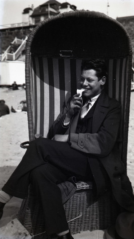 654819 - Privéarchief Schmidlin. Louis Schmidlin in strandstoel op het strand in Zandvoort.