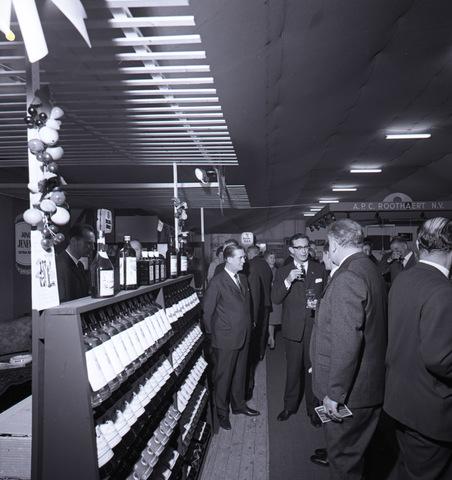 653725 - Bedrijven. Burgemeester Becht op bezoek bij het eeuwfeest van de firma Knegtel.