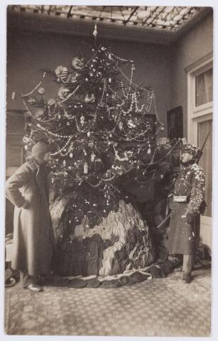 053610 - Mobilisatie. Eerste Wereldoorlog 1914 - 1918; Het Bivakmutsen Comité bij burgemeester Raupp thuis genomen