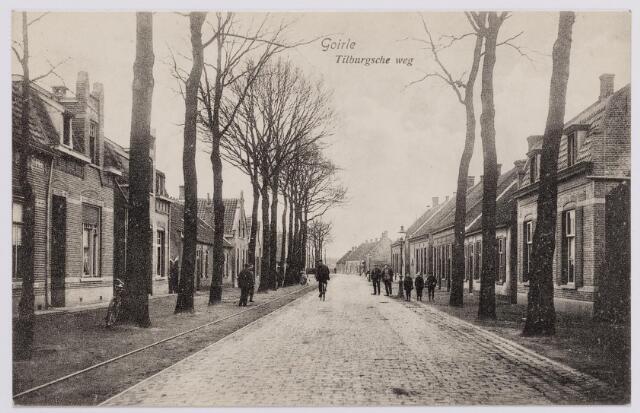 046596 - Tilburgseweg richting Tilburg. Links op de achtergrond 'de kwaoie hoek', later garage Hoogendoorn. Het pand links,  Tilburgseweg 90, werd gebouwd in 1910 door J.F.A. Vekemans. Later woonden er de weduwe J.M. Verbeek en boekhouder C.A. van Erven. Verder twee lage woningen onder een dak. Het eerste pandje, Tilburgseweg 94, bestaat nog steeds. Hier woonde lange tijd Bart Otten. Het pandje rechts werd in 1925 gesloopt en vervangen door een winkel/woonhuis voor koopman Peerke van Amelsfoort. Het gevelhuis daarnaast werd onder architectuur van J.B. Rens, later burgemeester van Goirle, in 1906 gebouwd voor Arnold van Gils. Geheel rechts het pand Tilburgseweg 89, werd in 1914 gebouwd door de gebroeders Hoogendoorn voor J.C. van Dun. Later woonde hier A.W.P.A. Appels. Drie panden verder zat de winkel van Willeke van de Lisdonk, later de gezusters Van de Lisdonk.