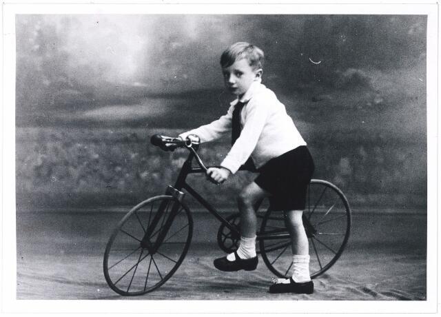 006232 - Franciscus van de Put, geboren te Tilburg 9 oktober 1916, jongste zoon van Franciscus Cornelis van de Put en Adriana Maria van Puijenbroek). Het fietsje is vervaardigd door schoonzoon en oom A.A.M. Vorselaars.