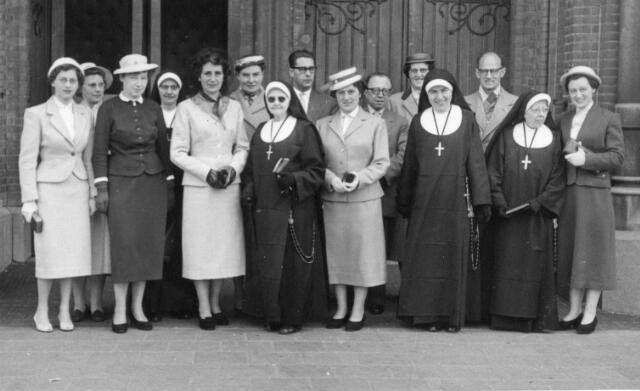 066350 - Onderwijs. Personeel van de meisjes U.L.O. aan de Oude Dijk te Tilburg. Op de eerste rij v.l.n.r. rechts Francien Arons, N.N., Clementien Arons, zuster Judith hoofd van de school, Richarda Arons, Maria Arons (zuster Dorothé), N.N. en N.N.