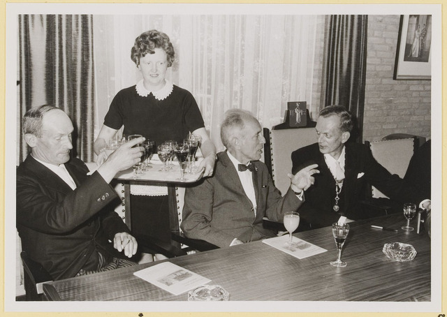 072957 - Opening gemeentehuis door de Commissaris van de Koningin Kortmann.  Bijzondere raadsvergadering. Rondbrengen drankjes door mevrouw Hurkmans-Jansen.