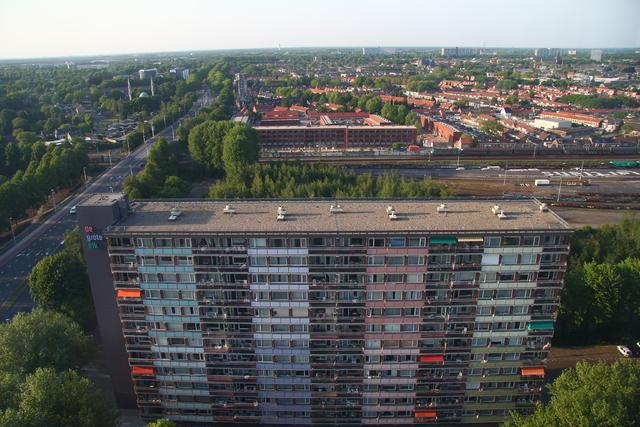 656615 - Straatbeeld Tilburg 2011. Uitzicht vanuit Westpoint op het spoor en appartementencomplex De grote eik aan de Hart van Brabantlaan.