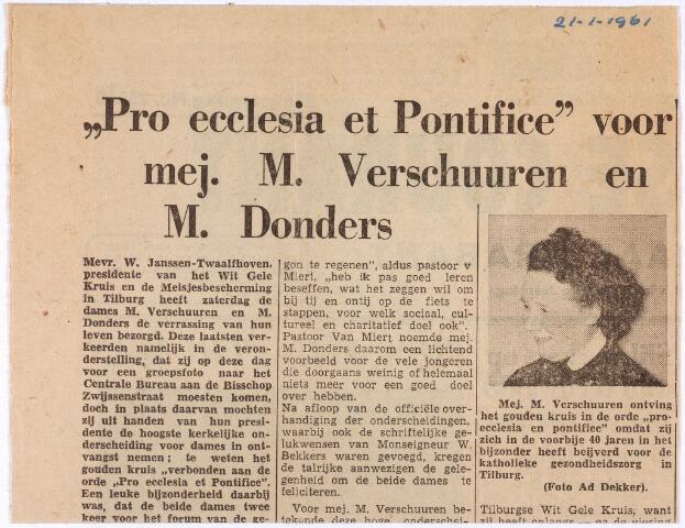 011782 - Maria Catharina Josephine (Miet) DONDERS (1898-1982) krijgt hier, in 1961, de kerkelijke onderscheiding Pro Ecclesia et Pontifice uitgereikt door mevr. W. Janssen-Twaalfhoven, presidente van het Wit Gele Kruis en de Meisjesbescherming Tilburg. Mevrouw Donders was actief lid van de Meisjesbeschermiong, het Marialegioen en de Kunstkring. Zij zette zich ook in voor het stedelijk ziekentriduum en de kinderpostzegelactie. Zij was een dochter van sigarenfabrikant en assurantiemakelaar Hubert Donders en Josephina Knegtel.