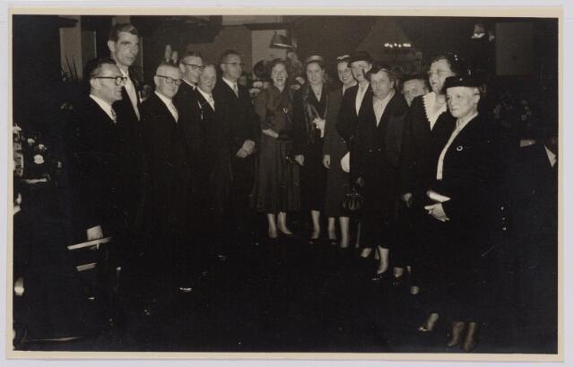 041290 - Jubileum. Viering van het 75-jarig bestaan van de R.K. Schilderspatroonvereniging Kunst en Vooruitgang in de Looiersbeurs aan de Heuvel op 10 oktober 1955. 3e v.l. Jan Ghering, uiterst rechts mevr. Ghering-Vorselaars.