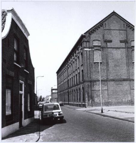 023479 - Kapelstraat in de richting van de Ringbaan-Noord, met rechts de fabriek van Van Opstal
