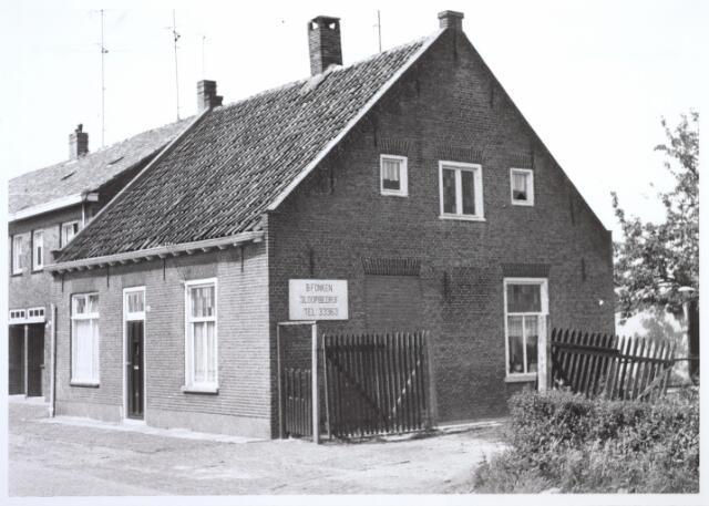 026695 - Pand Stokhasseltkerkstraat 18 eind juni 1964. Dit pand werd gesloopt in het kader van het uitbreidingsplan Tilburg-Noord. Tegenwoordig is dit de Mozartlaan