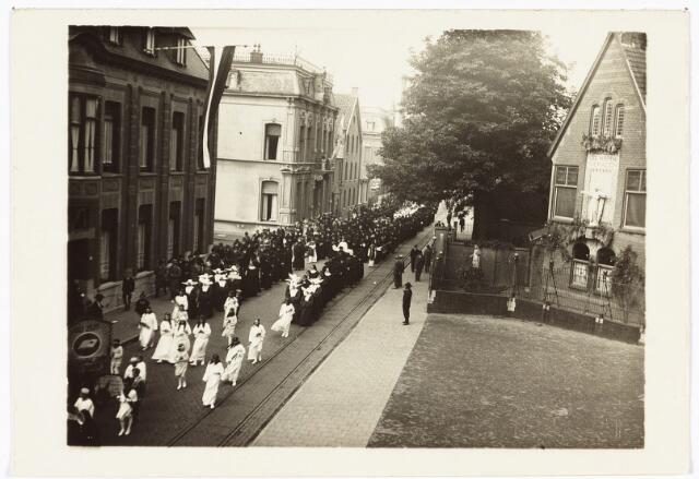 009069 - H. Hart-hulde. de grote stoet vertrok vanaf het Wilhelminapark door de Gasthuisstraat en verder naar de Heuvel.