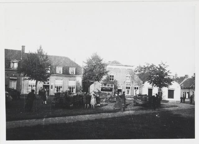 055624 - WOII; WO2; Hilvarenbeek, bevrijding, Engelse troepen op de markt (Vrijthof) op 4 okt. 1944.