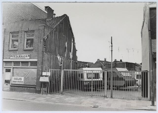 024646 - Parkeerplaats voor caravans van Melis aan de Korvelseweg. Het pand links van electrotechnicus Kees de  Bakker had hij inmiddels gekocht