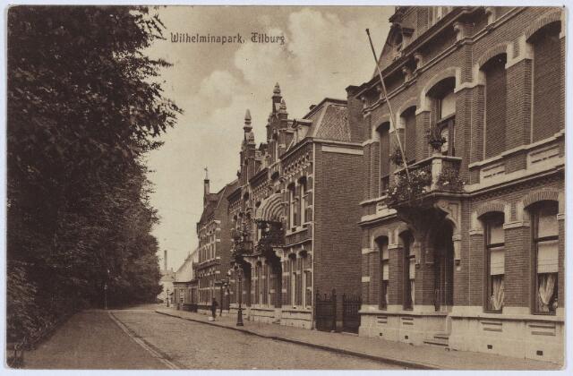 002794 - Noordzijde van het Wilhelminapark. Van rechts naar links de panden 106, 107, 108 en 110. In pand 106, voor 1910 K291, woonde schoenfabrikant Petrus J. Mannaerts, geboren te Tilburg op 26 februari 1847 en aldaar overleden op 19.11.1927. Zijn weduwe. Maria J.Th. Pieters, verhuisde in 1929 naar Wassenaar. Van 1929 tot 1964 werd het pand bewoond door schoenfabrikant Jos.H.C. Mannaerts. Daarna zat er o.a. het kantoor van 'Deschesne-van den Boom & Co.' en het kantoor van de Zuid-Nederlandse Textiel Industrie'. Op de plaats van de panden 107/108 stond rond 1900 huis K290 bewoond door Augustinus H. de Wijs en C.J.F. de Wijs, firmanten van wollenstoffenfabriek 'Wed. F. de Wijs & Zn.' In 1903 werden ter plaatse de twee herenhuizen onder één kap nr. 107 en 108 gebouwd. Op nr. 107 woonde Antonius Hermanus de Wijs, geboren te Tilburg op 18 maart 1853 en aldaar overleden op 9 oktober 1925. De volgende bewoner was Gerardus A.M.C. de Wijs. Nummer 108 draagt een gevelsteen met het opschrift 'Aug. de Wijs, 26.2.1903'. Hier woonde later o.a. tricotagefabrikant Christianus J.F. de Wijs. Hij overleed op 13 mei 1932. Zijn weduwe, Maria H.N.C. Murraij, verhuisde in 1936 naar Utrecht. Na de Tweede Wereldoorlog werd dit pand studentenhuis 'Black & White'. Door de poort naast dit pand kwam men bij Wilhelminapark 109, 'Tricotagefabriek Gebr. de Wijs C.V.', voorheen wollenstoffenfabriek 'Wed. F. de Wijs & Zn.' Deze fabriek is gesloten in september 1970. Vervolgens pand 110 bewoond door wollenstoffenfabrikant Franciscus Mommers, geboren te Tilburg op 19 mei 1854 en aldaar overleden op 2 maart 1932. Hij was getrouwd met Helena A.M. de Rooij, geboren te Tilburg op 10 januari 1868 en aldaar overleden op 7 maart 1932. Vanaf 1970 is in dit pand het bedrijf van fotograaf Willibrord G.M. van Dusseldorp gehuisvest.