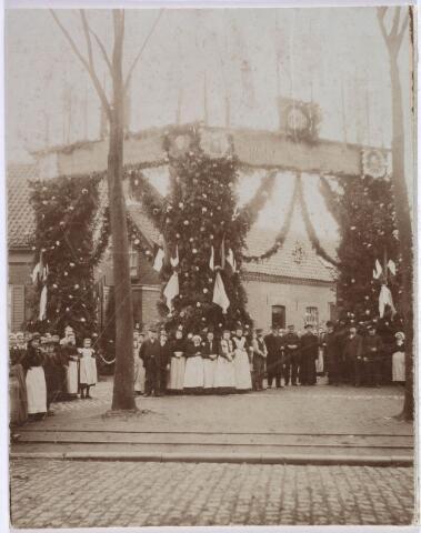 019425 - Erepoort aan het begin van de Kasteeldreef ter ere van het 50-jarig bestaan van de fratersschool (St. Janschool) eind oktober 1905. Het was een geschenk van Louis de Jong, suisse van de parochie Goirke