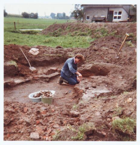 063517 - Archeologische opgraving. R. v.d. Loo aan de Akkerweg 11, thans Heikantsebaan 9, heeft begin augustus 1980 een opzienbare vondst gedaan. Bij het inkuilen van gras op het weiland langs de boerderij van Van der Loo werden munten, aardewerk en een fundering gevonden. Nader onderzoek wees uit dat het ging om geldstukken, aardewerk en bouwresten uit de zestiende eeuw. De munten, potten, borden enz. en ook twee dobbelsteentjes werden in bruikleen afgestaan aan de destijds nog bestaande gemeente Berkel-Enschot, die ze in de hal tentoonstelde in een speciaal daarvoor aangeschafte vitrine