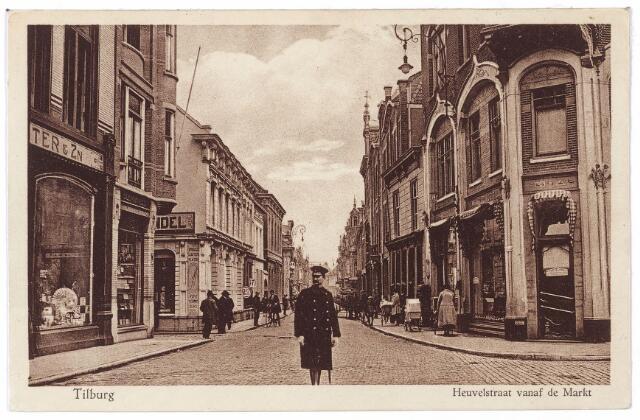 001180 - Verkeersagent in de Heuvelstraat. Links de Langestraat, Rechts de Oude Markt.
