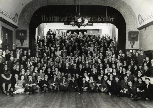 602091 - Bedrijfsfeest van de firma Hovers Constructie in een zaal aan het Smidspad. Het bedrijf was in die tijd gevestigd aan de Lovensestraat.