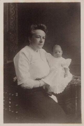 044261 - Mercedes de Steenhuysen Piters met haar moeder M.J.J. de Beer.