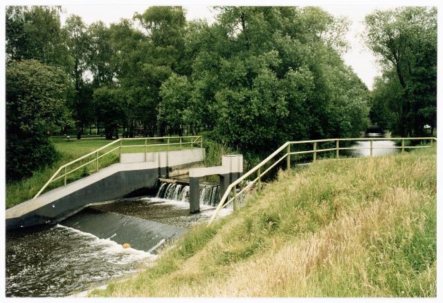 039885 - Stuw nabij Sluis III in het Wilhelminakanaal.
