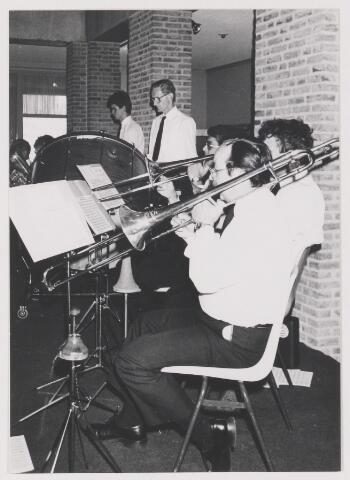 081715 - K.A.M. 1987. Optreden van Harmonievereniging Vlijt en Eendracht in het gemeentehuis