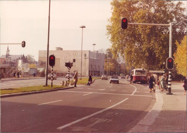 652464 - Straatbeelden van Tilburg. Foto is genomen richting Bredaseweg met links op de hoek het Kantongerecht met er naast de Pastorie van de Heikese Kerk. De Kapel van de Visitatie in de Bisschop Zwijsenstraat is helemaal links te zien achter de bouwput.