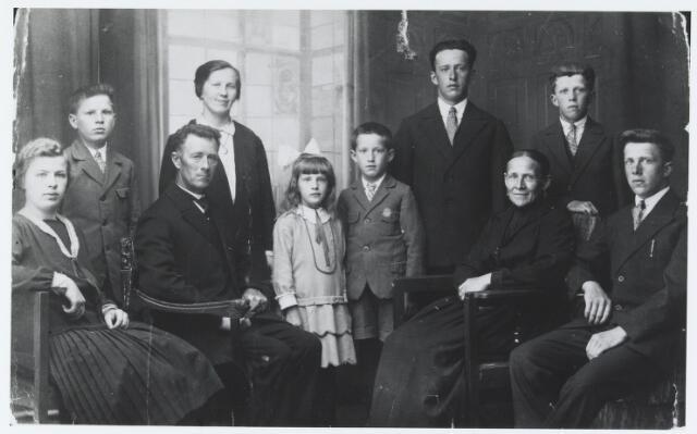 055278 - Het gezin van landbouwer Piet van Gestel en Gonda van Verhoeven uit Biest-Houtakker in 1931. Zittend: v.l.n.r. Cornelia Hendrika (Kee) geb. 7.8.1911, Piet van Gestel geb. Hilvarenbeek 8.11.1878, Aldegonda Verhoeven geb. Hilvarenbeek 23.9.1880 en Dionysius (Nies) geb. 14.10.1913. Staande v.l.n.r Petrus Josephus (Pieter) geb. 30.3.1918, Johanna Maria ( Jane) geb. 5.11.1923, Adrianus Maria (Jos) geb. 1.3.1921, Cornelis Josephus (Kees) geb. 12.3.1909 en Johannes Maria (Jan) geb.25.3.1916.