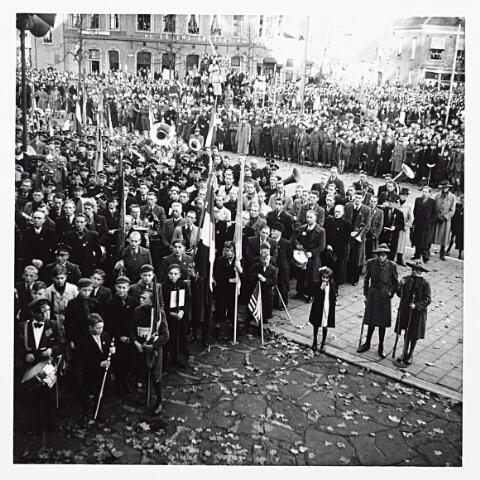012221 - WO2 ; WOII ; Tweede Wereldoorlog. Luisteren naar een toespraak van burgemeester Van de Mortel op het Willemsplein voorafgaande aan de parade van de Prinses Irenebrigade op 4 november 1944
