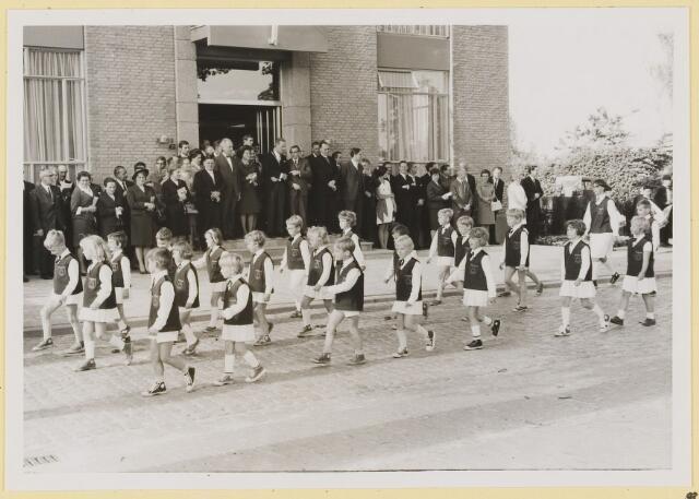 072996 - Opening gemeentehuis door de Commissaris van de Koningin Kortmann.  Defilé verenigingsleven vóór het gemeentehuis.