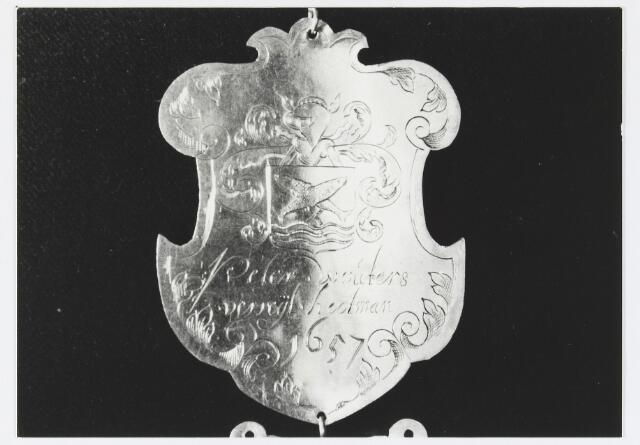 055668 - Detail van een koningsschild van de schuttersgilde St. Joris. Organisatie van een schuttersgilde  Als basis voor een gilde dienden de ordonnantien, bepalingen waarin de rechten maar vooral de plichten van de leden waren vastgelegd. Aanvankelijk bestond elk gilde uit 33 leden, een aantal dat op verzoek van St. Joris in 1612 werd uitgebreid tot 41. Een nieuw lid diende voor de magistraat de schutterseed af te leggen, waarin hij beloofde te handelen naar de ordonnantie van het gilde. Schutter werd men voor het leven. Het lidmaatschap kon in principe alleen worden beëindigd indien men tot armoede verviel, buiten de jurisdictie van de stad ging wonen of zich vergaand misdragen had. Het lidmaatschap van de gilden was niet voor iedereen weggelegd. Alleen de hogere standen hadden toegang tot deze exclusieve kringen en ook financieel moest men in goede doen zijn. De meeste leden kwamen uit de gegoede burgerij, en waren vooral middenstanders en kooplieden. Het belang van de gilden blijkt uit het gegeven dat lidmaatschap van één van de drie gilden verplicht was gesteld om deel uit te mogen maken van de magistraat, het college van burgemeesters en schepenen (wethouders).